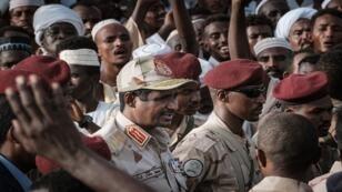 حميدتي، نائب رئيس المجلس العسكري الانتقالي الحاكم في السودان، عقب إلقاء خطاب خلال تجمع في قرية أبرق، غرب الخرطوم، في 22 يونيو/حزيران 2019.