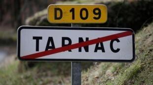 Panneau signalant la sortie du village de Tarnac, en Corrèze.