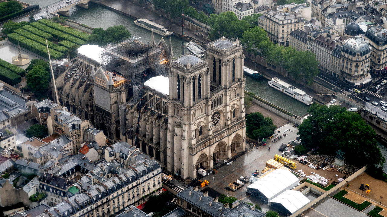 Esta fotografía aérea, tomada el 12 de junio de 2019 en la capital francesa de París, muestra la catedral de Notre Dame de Paris en reparación después de haber sido gravemente dañada por un gran incendio el 15 de abril.