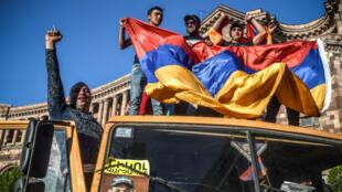 Des partisans de l'opposant arménien, Nikol Pachinian à Erevan, le 2 mai 2018.