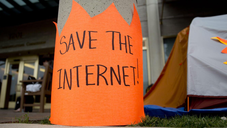 À Washington, aux abords de la Federal Communications Commission (FCC), un panneau de protestation a été installé.