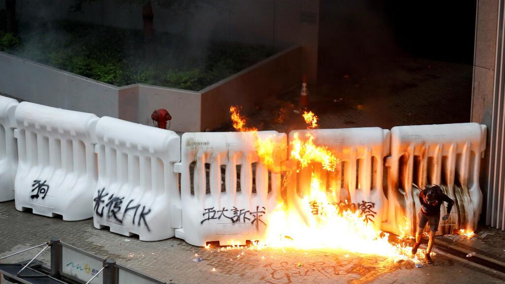 Algunos manifestantes incendiaron las barricadas que protegían los edificios gubernamentales durante las protestas del 31 de agosto de 2019