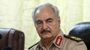 Le maréchal Khalifa Haftar, commandant de l'Armée nationale libyenne (ANL), lors d'une conférence à Benghazi, en Libye, le 14 octobre 2017.
