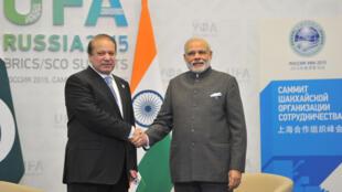 Poignée de main entre le Premier ministre indien Narendra Modi (d) et son homologue pakistanais Nawaz Sharif le 10 juin 2015.