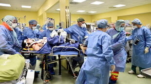 طاقم طبي إيطالي يعتني بمصاب بفيروس كورونا.