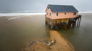 El agua del Océano Atlántico fluye debajo de las casas de playa cuando el huracán Dorian golpea Nags Head, Carolina del Norte, EE. UU., el 06 de septiembre de 2019.