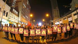 """Activistas chilenas a favor de un aborto """"legal y libre"""" manifiestan en Santiago, Chile, el 25 de julio de 2018."""