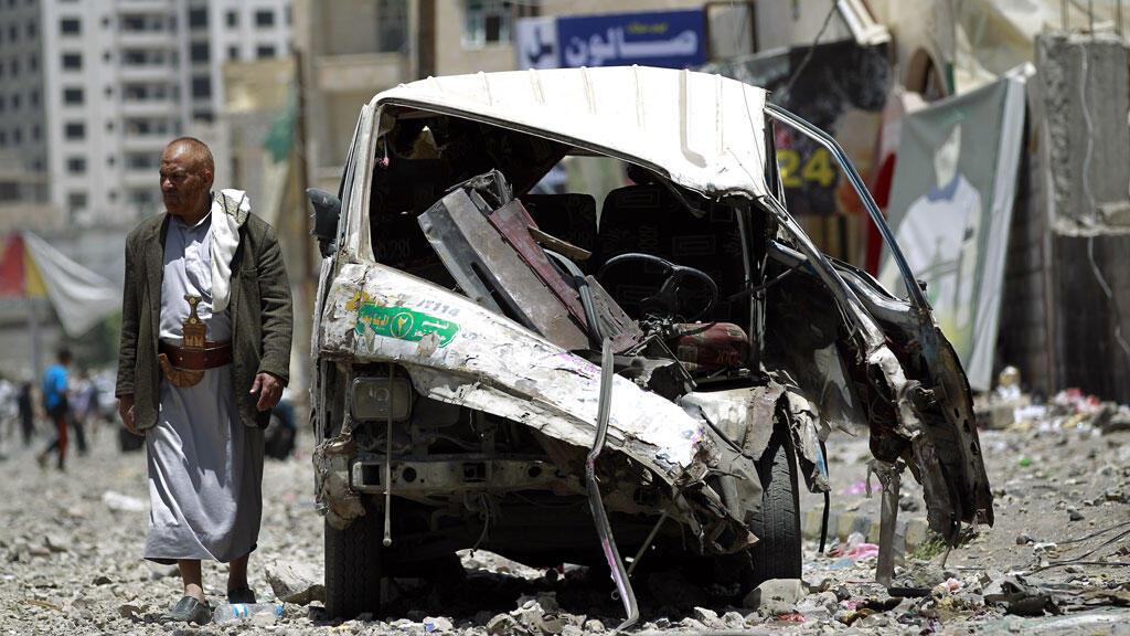 Un véhicule détruit lors d'un raid mené par l'Arabie saoudite près de la base de Fajj Attan, le 21 avril 2015.