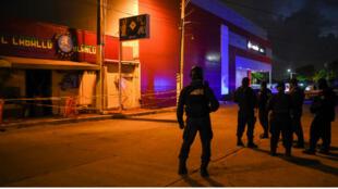 Des policiers postés devant le bar Caballo Blanco, où 25 personnes ont été tuées à Coatzacoalcos, dans l'État de Veracruz, au Mexique, le 28 août.