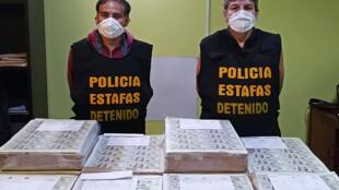 Dos peruanos detenidos durante una operación en la que se incautaron 15 millones de dólares estadounidenses falsos, el 5 de mayo de 2020 en Lima