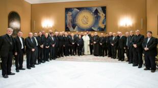 El papa Francisco posa acompañado de los obispos chilenos en el Vaticano. 17/8/18