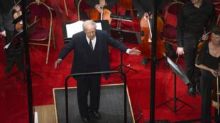 Le chef d'orchestre dirigeant l'orchestre de Paris sous la pyramide du Louvre, le 21 décembre 2011.
