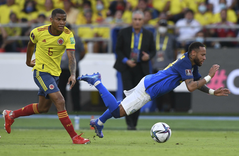 Neymar (r) do Brasil e Wilmar Barrios colombiano em uma partida de qualificação para a Copa do Mundo de 2022 entre suas partidas (0-0) em Barranquilla, Colômbia, em 10 de outubro de 2021